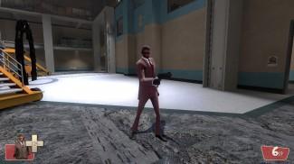 Le Spy de Team Fortress 2, dans CP_Well, avec le contenu de Gmod en fond